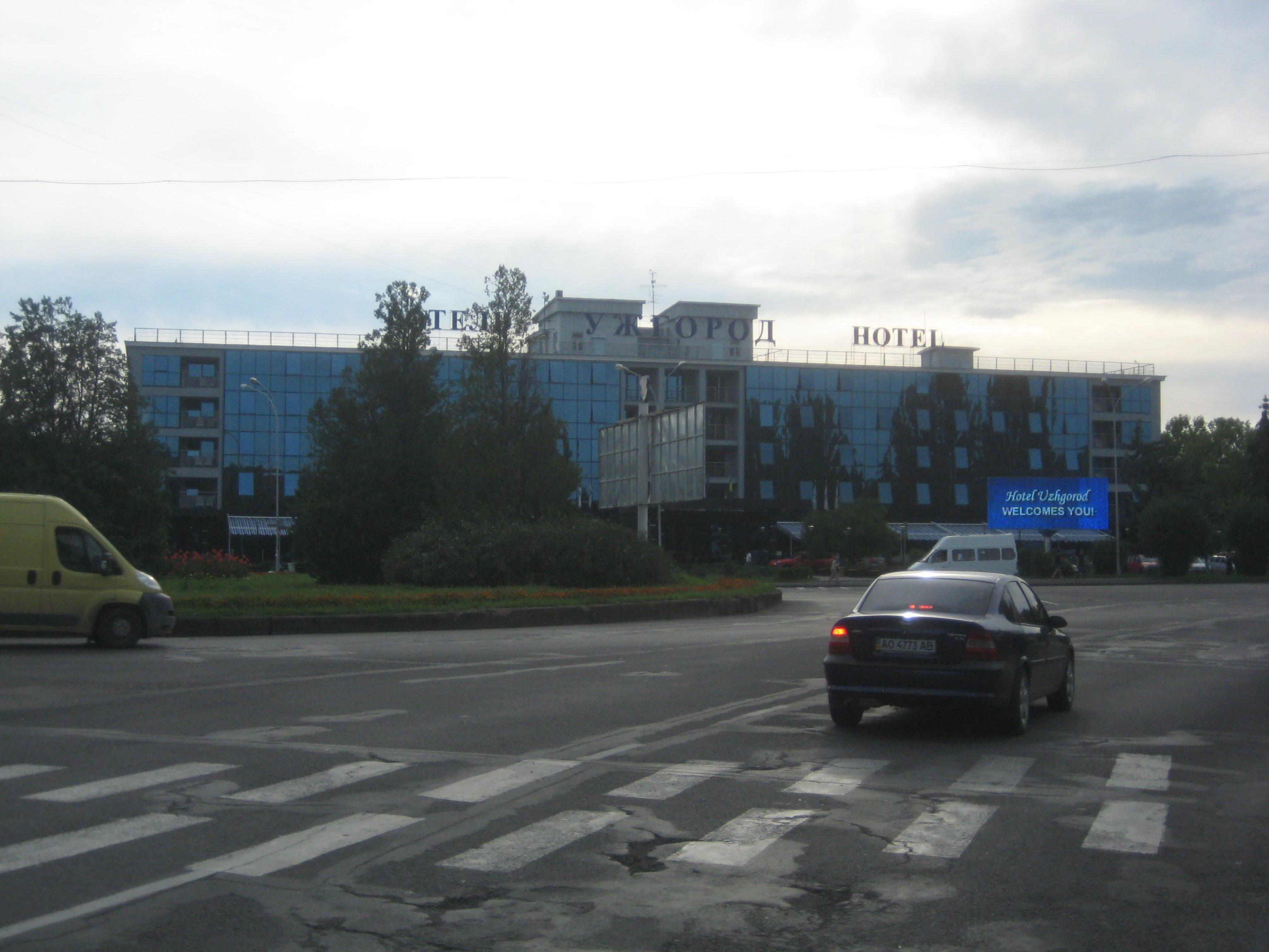 """гостиница \""""Ужгород\"""" вечером"""