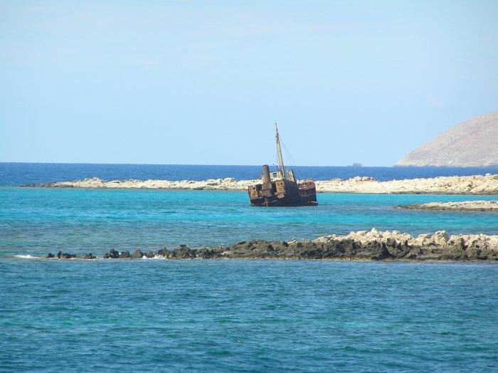 """Старый корабль, словно кадр из """"Пиратов Карибского моря"""". Бухта Грамвуса, в которой, говорят, бывал сам Барбаросса. Слияние трех морей обеспечивает воде 10-16 оттенков"""