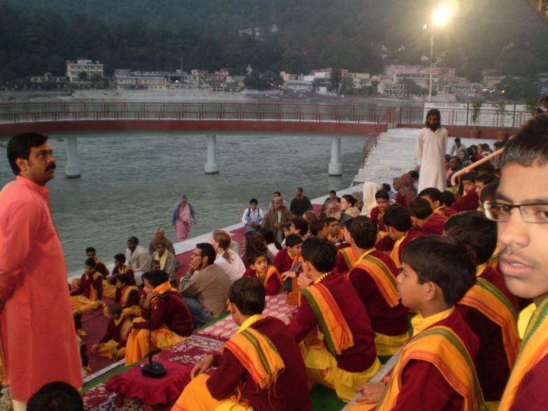 Вечерняя молитва в ашраме Пармат Никетан