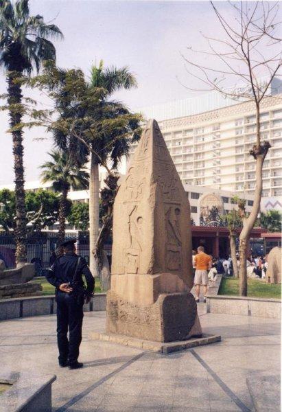 Во дворе Каирского музея. Охрана там жесткая!
