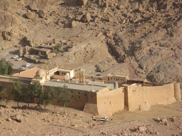 Вид на монастырь Святой Екатерины с короткой тропы