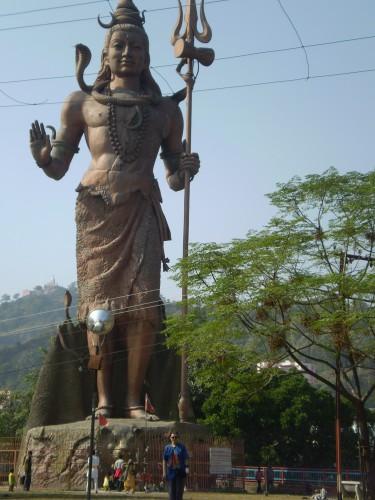 Огромная статуя Шивы, метров под 40