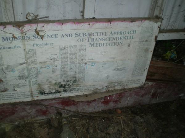 вот эта вывеска раньше висела на входе в ашрам Битлз