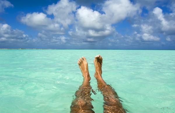 Путешествие к морю. Ноги в воде