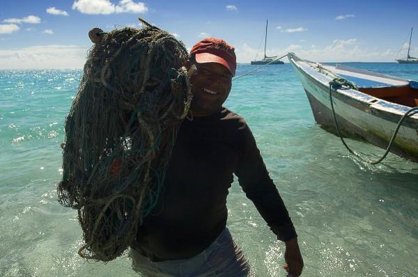Путешествие к морю. Рыбак с сетью