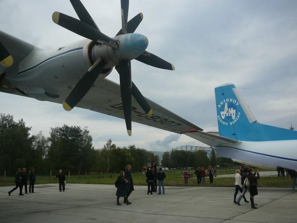 Другий зліва двигун і крило Ан-22. Хвіст Ан-26