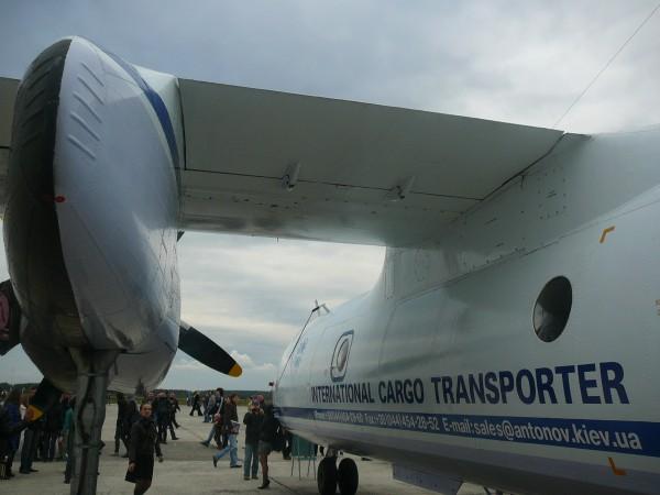 Праве крило і двигун літака Ан-26