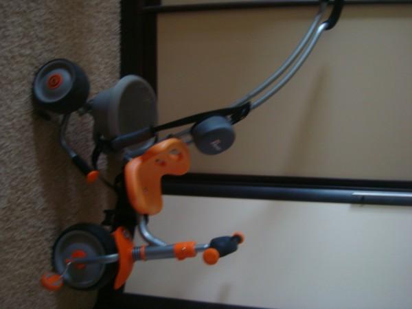 Максимальный вес до 20 кг. Удобное сидение с регулировкой. Руль регулируется по высоте. Съёмная ручка-толкатель. Когда ребенок уже прекрасн