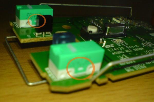 Тонким лезом ножа відкриваємо одну зелену коробку. Притримуйте верхівку, тому що та біла кнопочка може вискочити. І не перегніть лапки.
