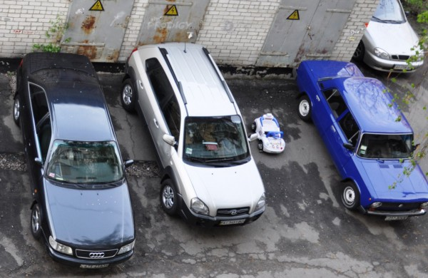 Главная машина на парковке