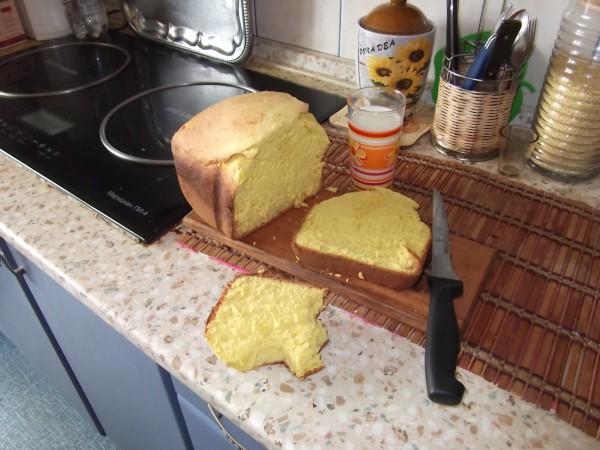 если присмотреться - то хлеб ппц какой жёлтый. и вкусный :) даже молока пришлось поехать купить, чтоб срочно съесть его.