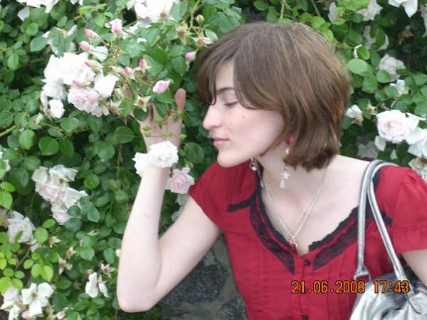 Белые pозы, беззащитны шипы.. Я их так хочу согpеть теплом, но белые pозы. У всех на глазах я целовать и гладить готов..
