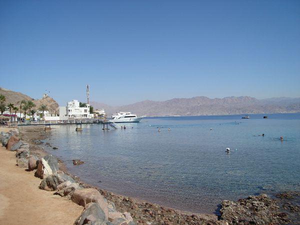 Акабский залив Красного моря. По ту сторону - Иордания. Белые сооружения - КПП между Египтом и Израилем.