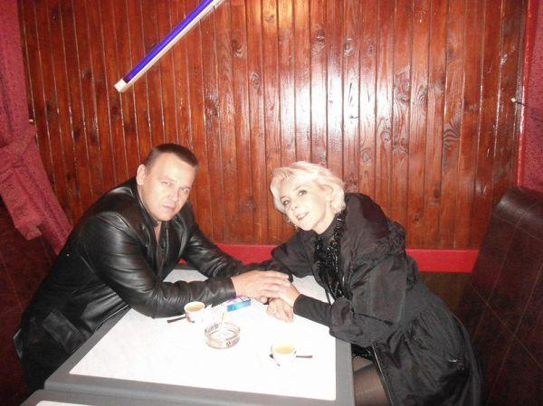 С бывшей первой женой. Через двадцать лет все равно друзья ))))