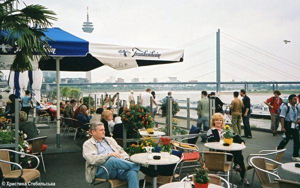 Прекрасні хвилини відпочинку і кавусі на Рейнській набережній  Кельн, Німеччина, серпень 2005 р.