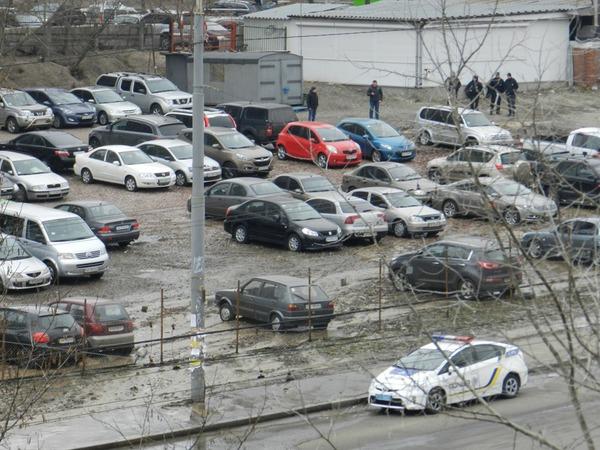 21.02.2016 прорыв трубы на автостоянке в Киеве