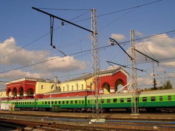 Вокзал станции Орёл-Центральный с пассажирским поездом