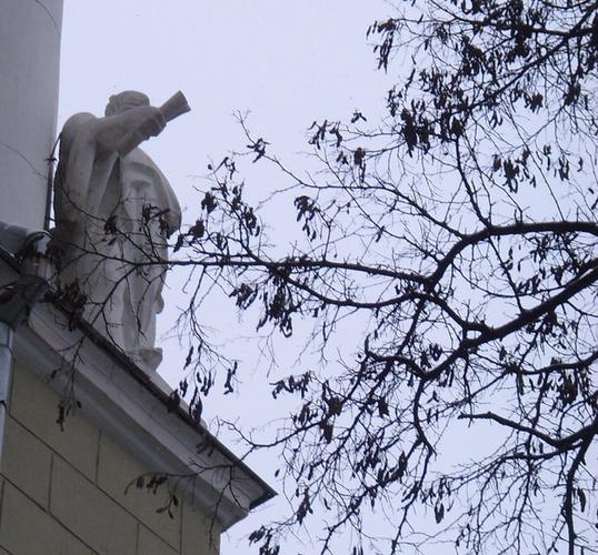 Статуя на доме Саламандры