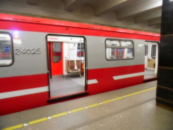 Поезд красной линии питерского метро