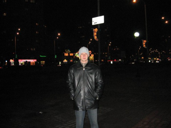 2007 год...И вот настал на Земле энергетический кризис....Только светлые вывески магазинов показывают дорогу...