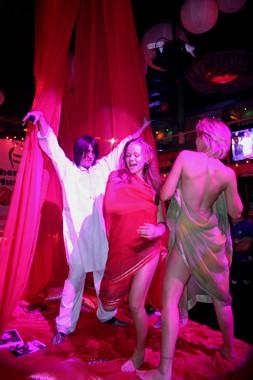 следующая  вечеринка  в  Disco  Radio  Hall... опять  конкурс,  опять  раздели :)))