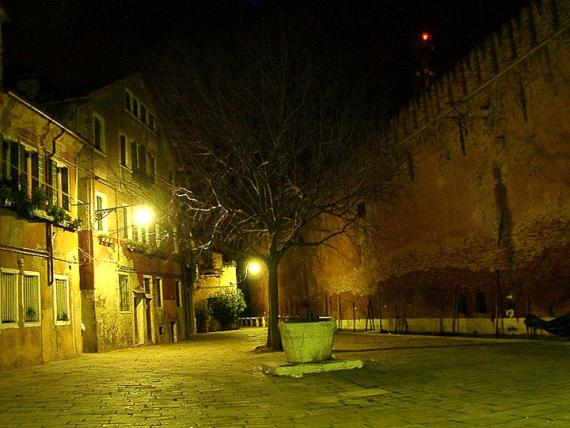 Кампо.Венеция (кампо - маленькие площади в Венеции, в отличие от многолюдных пъяцца, имеют каждая свой ярко выраженный характер.это личности весьма колоритные и нелюдимые.)