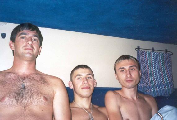 Август 2003. Все в ожидании прибытия на МОРЕ. :о)