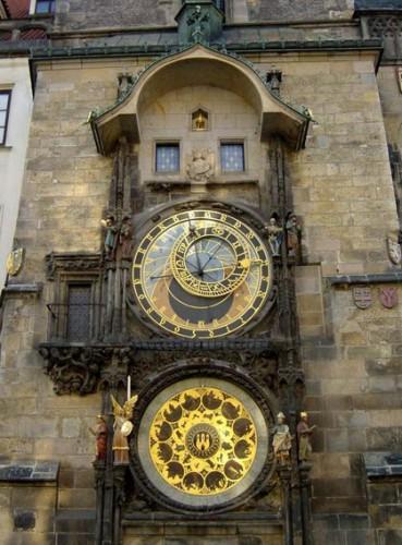 В 1410 году Ян Шиндел создал астрономический круг, а Микулаш из Кодани изготовил механизм. В 1490 году Гануш з Руже модернизировал механизм курантов.    Чтобы он не смог повторить что-то подобное в другом городе, его приказали ослепить...