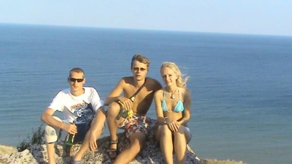 Я Димон и Аня на фоне моря (: