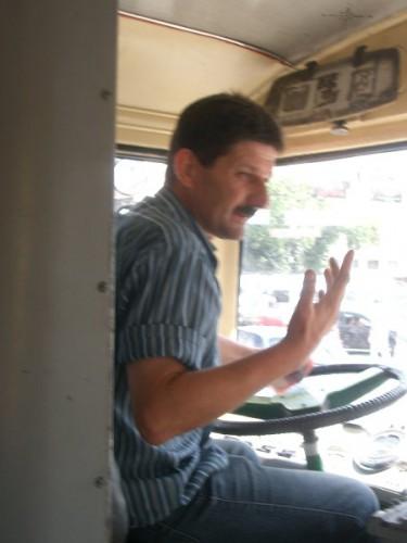 водій тролейбуса пропонує порулити