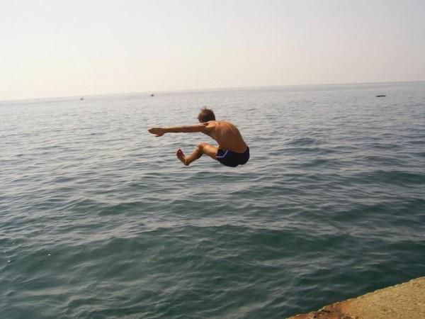 Егор полетел! совсем как на физкультуре прыжки в длинну!))))
