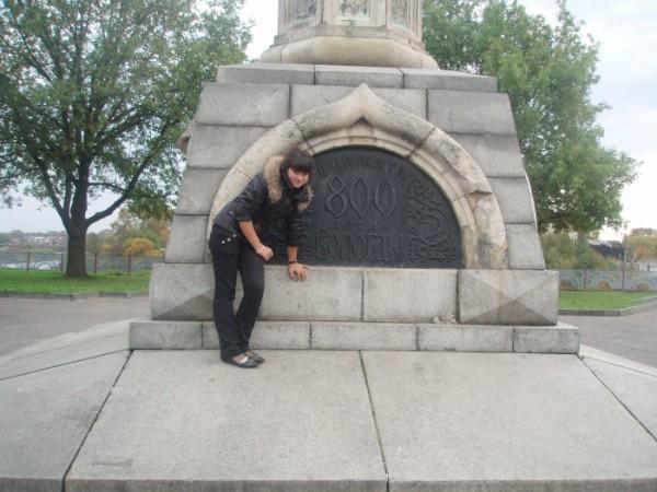это я ходила на экскурсию по своему городу))))это памятник 800-летия!!!
