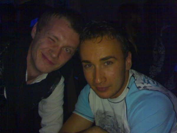 сидим в клубе)