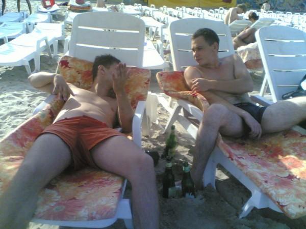 """и еще один позитивный момент военки – увал – отдых на море ;)  (пиво не наше. """"Це провокація"""", нам же было нельзя пить) )"""