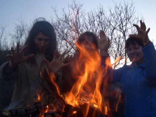 Все девушки - ведьмы... только не Настя, Оксана и Лариса, которые с детства мечтали стать пожарниками!!!