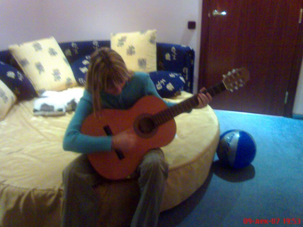 А я играю на гармошке