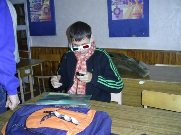 классные очки у пацанчика))))) защищают глаза от моб. телефона)))