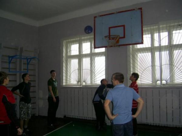 играем так в баскетбол...ну я лично люблю больше футбол)))