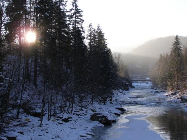 укутало горы туманом речным,  прозрачное утро и свежести дым...
