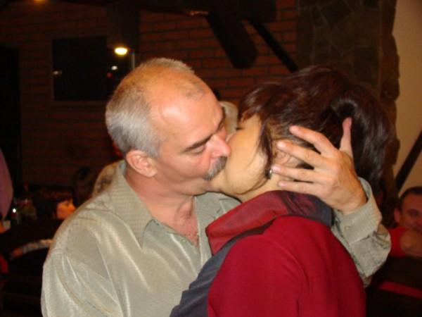 Мама с папой показывают как надо после 25 лет супружеской жизни