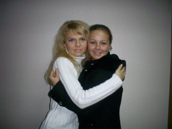 две красавици Алёнки: слеяние черного и белого))
