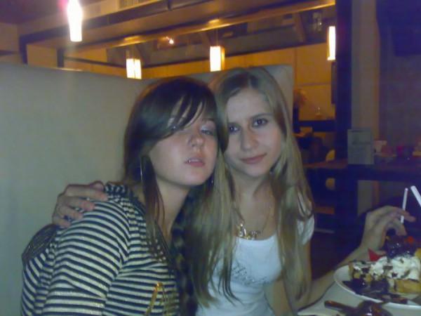 Я с одной девчёнкой)))