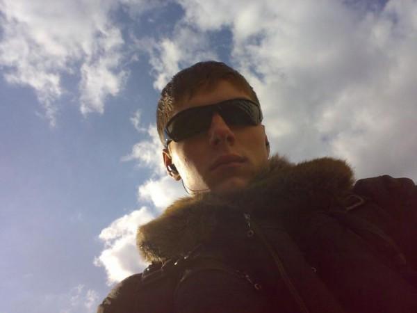 на фоне неба...такое солнце было, что очки одел))гг