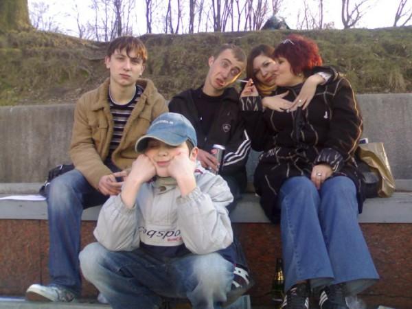 Ну и нафига Димасику сигарету в ухо ввинчивать?!.... Первая фотка за последнее время, где видно Захара,а не его рожицы...гггг...