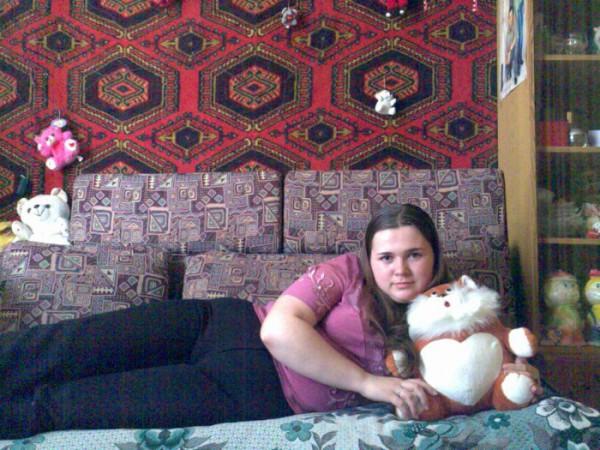 ето я с котиком у ся на диванчике,хоть игрушечного можна обнять,когда любимый нерядом...