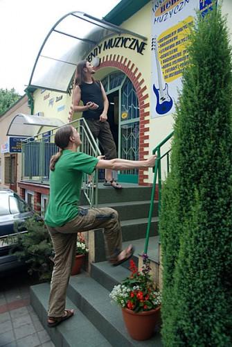 возле музыкального магазина Дембица, Польша 19/06/2008