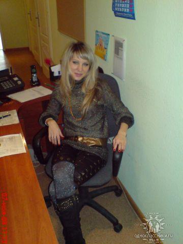 на работе)))), у секретаря на рабочем месте)))) подсижываю))))