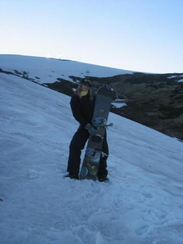 покорили вершину 1700 метров пешком, с досками на плечах)