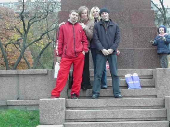 Это мы с одногруппниками в парке....маленькое чудо не наше