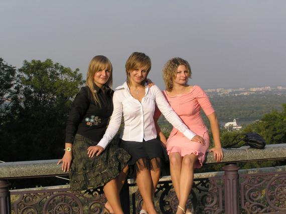 Три девицы не под окном;)